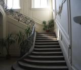 Blick auf die Treppe im Eingangsbereich des Schlosses.