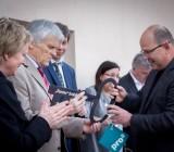 Die symbolische Schlüsselübergabe an den Vorstandsvorsitzenden des Schloß Trebnitz e.V., Christoph Berendt.